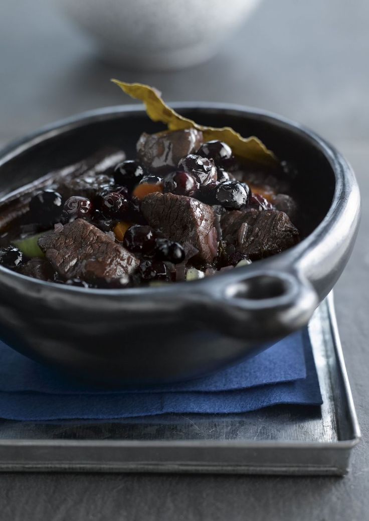 """Het lekkerste recept voor """"Stoofpotje van everzwijn met bosbessen"""" vind je bij njam! Ontdek nu meer dan duizenden smakelijke njam!-recepten voor alledaags kookplezier!"""
