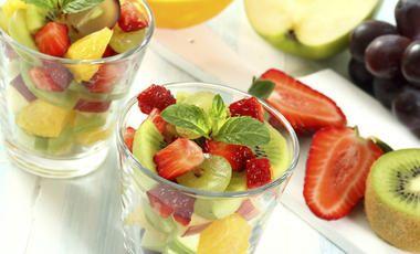 Ovocný salát z pomeranče, kiwi, jablek a hroznů