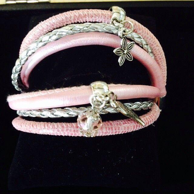 Wat vind je van deze wikkelarmband met leer en bedels?  #leather #armband #bedels #wikkelarmband #leer #eindkapjes #sluiting #kralenhandel #kraal #roze #zilver #vleugel #hanger #bloem #wikkelarmband