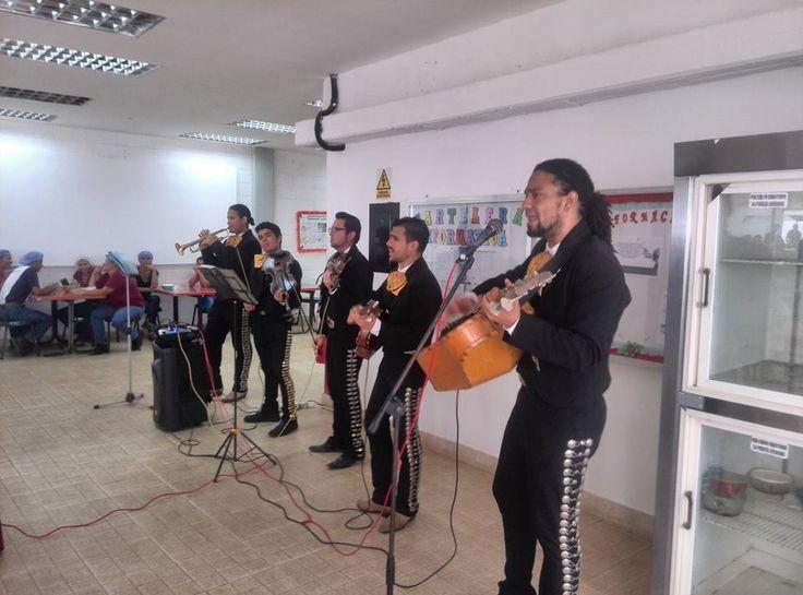 Celebrando el Día de las Madres 2017 para todas esas mujeres trabajadoras, amenizando su momento de descanso con hermosas canciones. Mariachi Guadalupe de Venezuela en Charallave, Edo. Miranda.