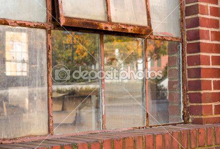 starý rezavý okno v skladu odráží pokles — Stock obrázek #15356753