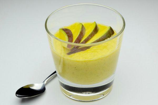 Deze Mango Custard is vrij van toegevoegde suikers, gluten en lactose en hierdoor een stuk gezonder maar ook veel beter te verteren voor je lichaam dan ''gewone'' custard. Mocht je normaal gesproken last krijgen van je darmen na het eten van custard, zou ik je adviseren deze variant eens te proberen. Een makkelijk en lekker toetje met slechts 4 ingrediënten!