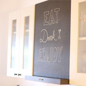 [gewerkelt] DIY Küchentafel #diy #kitchen #chalk Statt der üblichen Kaminhaube, einfach eine Tafel zwischen die Schränke schrauben!