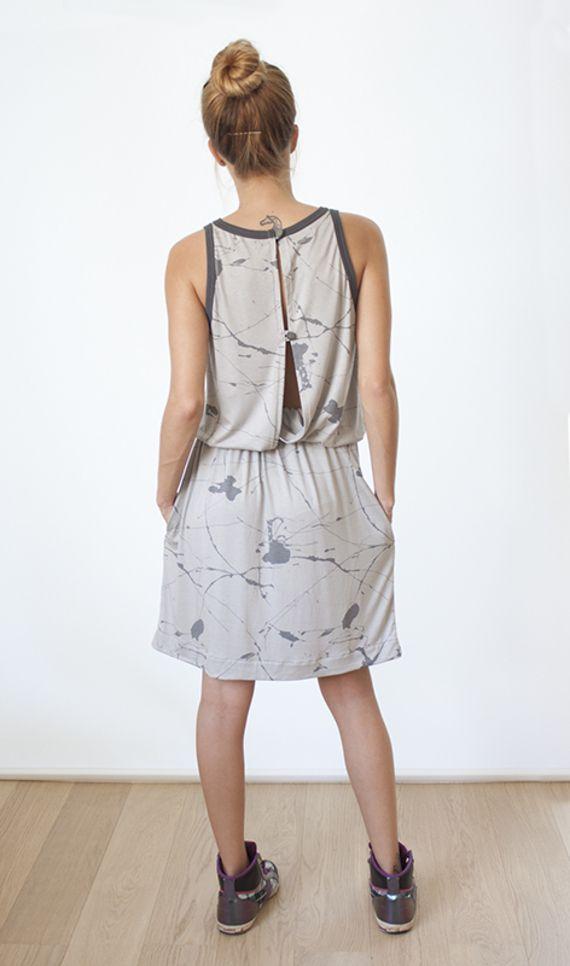 """אחרונה במלאי! - שמלה אפורה ink עשויה מסריג כותנה קייצי נשפך באפור בטון עם מעט ברק והדפס של התזות צבע באפור כהה גרפיט, בשילוב גימורים מבד פטנט איכותי באפור כהה. לשמלה חגורת גומי נוחה במותן וכיסים נסתרים.  שני הכפתורים בגב השמלה מאפשרים לשחק עם עומק המחשוף - להסתיר את קו החזיה או מחשוף דרמטי ועמוק עד המותן.  שמלה נוחה ונעימה לשעות היום עם twist לערב.......  להשיג במידה: 1 (small-medium) אורך השמלה הכולל: 100 ס""""מ אורך השמלה ממותן ועד קצה המכפלת: 52 ס""""מ היקף המותן: 72 - 100 ס""""מ הוראות ..."""