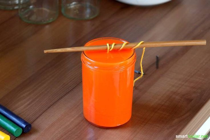 Mit Pflanzenfett kann man schnell natürliche Kerzen herstellen, die lange und mit einer schönen Flamme brennen.
