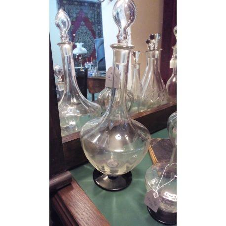 Κρυστάλλινο σκαλιστό μπουκάλι ύψους 35 εκ (χωρίς το πώμα) με το πώμα 40 εκ, με σκουρη κρυστάλλινη βάση και υπέροχη αναπαράσταση αμπέλι στο σώμα.