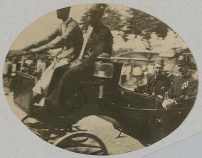 KETIKA SULTAN DIPAKSA MENYERAH Pada tanggal 26 November 1902, Teungku Putroe Gambar Gadeng binti Tuanku Abdul Majid bersama anaknya Tuanku Raja Ibrahim bin Sultan Alaiddin Muhammad Daudsyah (6) disandera oleh Belanda di Gampong Glumpang Payong Pidie. Tujuan penyanderaan ini agar Sultan Alaidin Muhammad Daud Syah (1875-1939) menyerah diri kepada Belanda