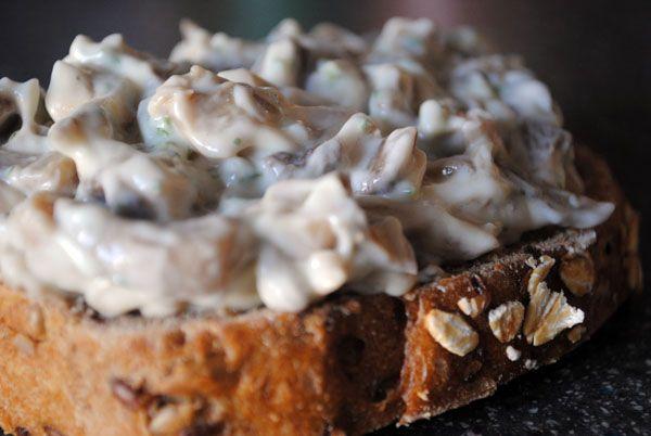 Грибной салат - зимнее блюдо, готовится из маринованных грибов, лучше всего выходит из домашних, конечно. Подается с хлебом, с блинами или в компании с вареным картофелем. Очень вкусное и аппетитное блюдо, которое вы точно знаете, но я вам еще раз напомню.