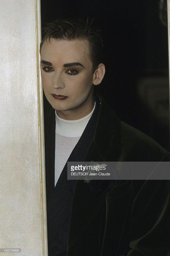 Rendezvous With Boy George. Londres - octobre 1988 - Dans son hôtel particulier, portrait du chanteur BOY GEORGE maquillé, dans l'encadrement d'une porte.
