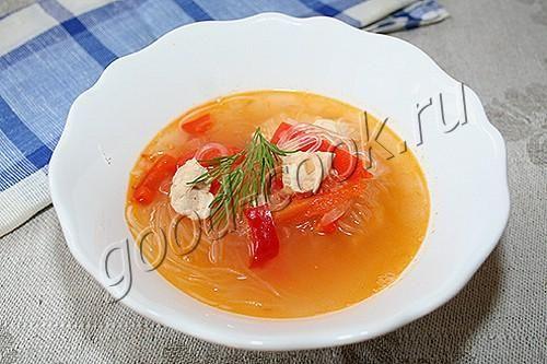 суп с болгарским перцем и рисовой лапшой (фунчозой)  3~4 болгарских перца (350~400г), половина куриной грудки (~200г), 1 крупная луковица (~100г), 1 ст ложка растительного масла, 1 литр воды, 2/3 ч ложки соли, 50г рисовой лапши (фунчозы)