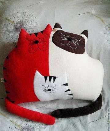 Такую подушку с котиками приятно получить в подарок.
