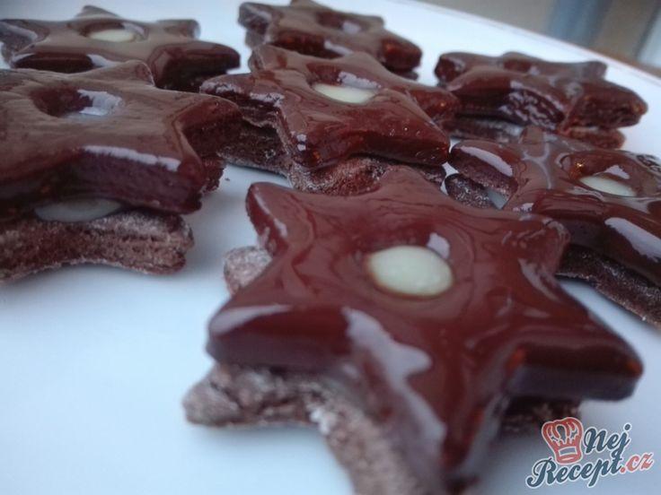 Hvězdičky, srdíčka, stromky, kolečka nebo jiné tvary používané při pečení vánočního cukroví. Kakaové těsto, čokoládová nádivka a glazura z čokolády se skrýva v tomto receptu. Autor: Triniti