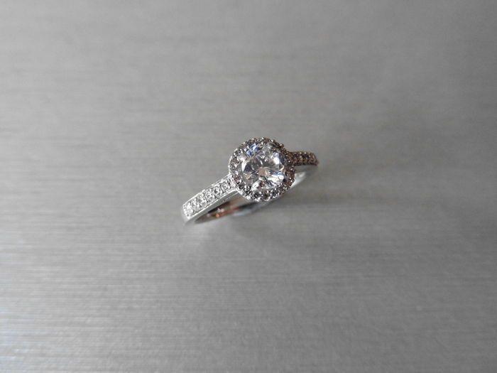 18 karaats vergulde instellen Solitaire diamantring - 03 ct / 0.18ct - maat 52  Solitaire diamantring met diamant schouders instellen18 k white gold1 x briljant geslepen diamantkleur - ikClarity - I1gewicht - 030 ctGouden gewicht - 47 gram46 x briljant geslepen diamanten in een halo-instelling en neer de schouderstotale diamant gewicht - 018 ctkleur - G/HClarity - Si1Micro klauw instellingHallmarked 750 18ctMaat M EU 52wordt geleverd in kleine geschenkdoos Let op: diamant heeft geen…