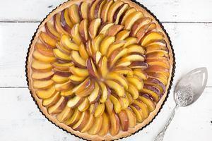 PERZIKVLAAI Een Limburgse perzikvlaai is een klassieker, geliefd door velen. Hij ziet er niet alleen mooi uit, hij smaakt ook nog eens heerlijk fruitig en fris. Recept onder de knop >>BRON<<