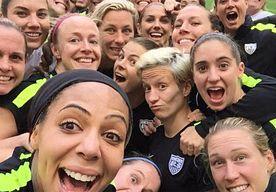 6-Jul-2015 8:10 - 'DIT VERSLAAT DE BEROEMDE OSCAR-SELFIE!'. De zege van de Amerikaanse vrouwen op het WK voetbal in Canada leidde in het hele land tot vreugdeuitbarstingen. Zondag (lokale tijd)…...