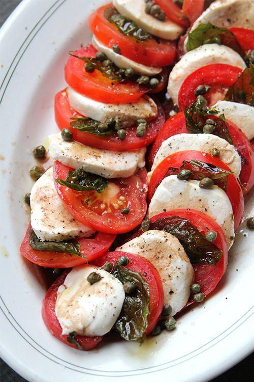 Salada Caprese: mussarela, tomate e manjericão.