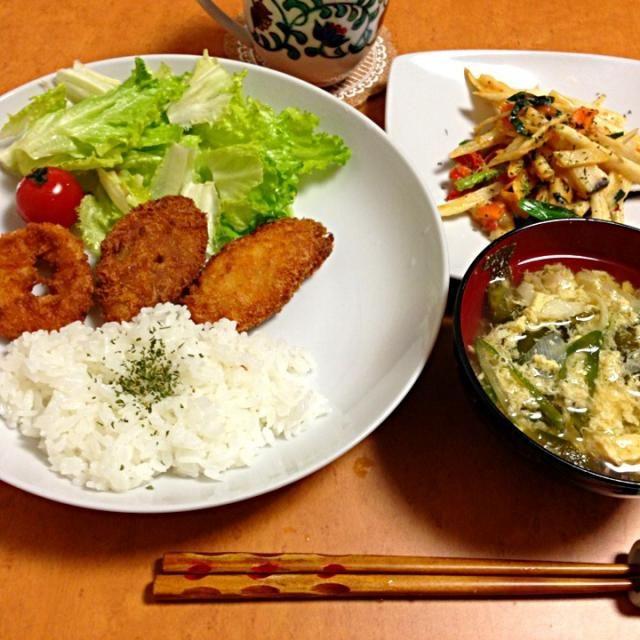 フライは、頂いた冷凍です。簡単‼  長芋のチーズ焼きは美味しかった(*^_^*)  今度は切り方変えて作ろうっと - 16件のもぐもぐ - ネギとたまごの味噌汁、イカフライと白身魚のフライ、サラダ、長芋とトマトのチーズ焼き、ご飯 by Ryouri123
