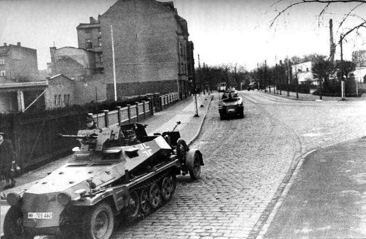 https://flic.kr/p/rkRAgL   Sd.Kfz. 250/11 Ausf. A leichter Schützenpanzerwagen (schwere Panzerbüchse 41)   Un rare Sd.Kfz. 250/11 qui tracte un autre « fusil » antichar lourd, identique à celui embarqué.