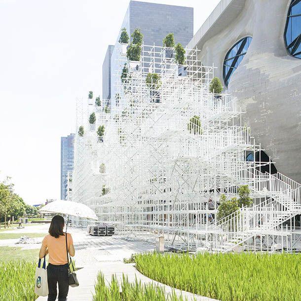 Une structure aux allures de montagne a pris place dans le quartier de Pudong à Shanghai. L'architecte japonais Sou Fujimoto installe là une architecture imaginant une nouvelle version de ce que pourrait être son futur. Aérienne, elle interroge ...