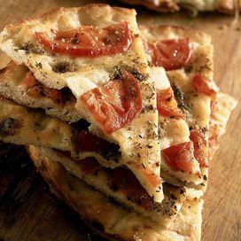 Ligure, con le cipolle, con le patate o i pomodori: la focaccia come la pizza è una preparazione molto versatile. Ecco le nostre 10 preferite. Qual è la tua?