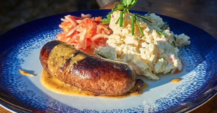 Laga en riktig festmåltid helt från grunden! Kryddig hemgjord vildsvinskorv, tomatsalsa, waldorf potatissallad och egen senap! Recept på Pers hemgjorda vegetariska korv hittar du här!