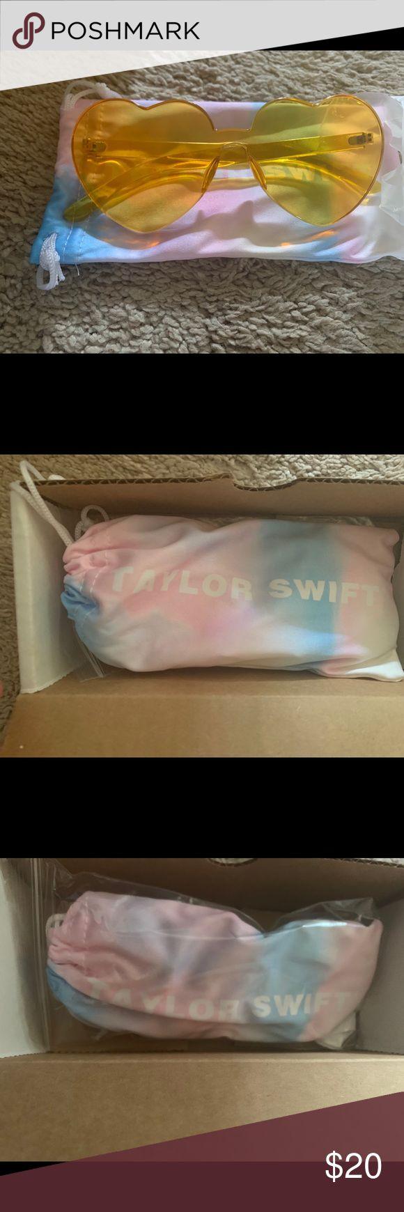 Taylor Swift Sonnenbrille mit gelbem Herz Diese Sonnenbrille ist brandneu und wurde noch nie …