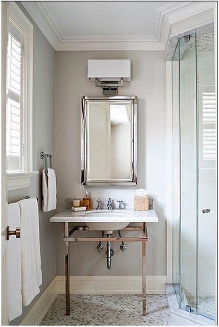 Banheiro branco é difícil de manter limpo, todo mundo sabe! Mas não são lindos ??? E que tal diminuir o stress com um banheiro quase branco? Ou com um piso escuro ou em outra cor? Facilita muuuito a vida! Vamos ver uns banheiros quase branquinhos bem bonitos? Repare nos revestimentos usados, no uso dos espelhos e na iluminação destes, um fator essencial para seu conforto visual.