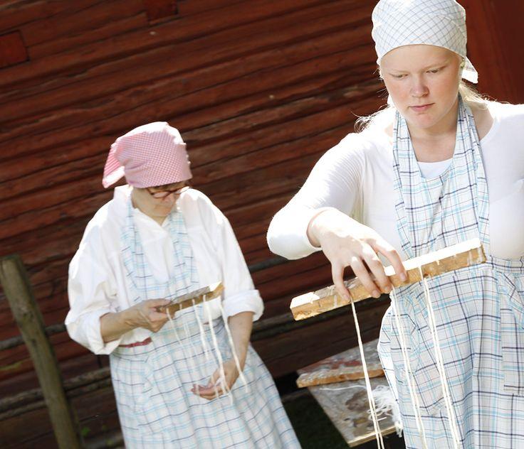 Sydänlangat sidotaan puutikkuun kynttilöiden valmistamista varten. Oulu (Finland)