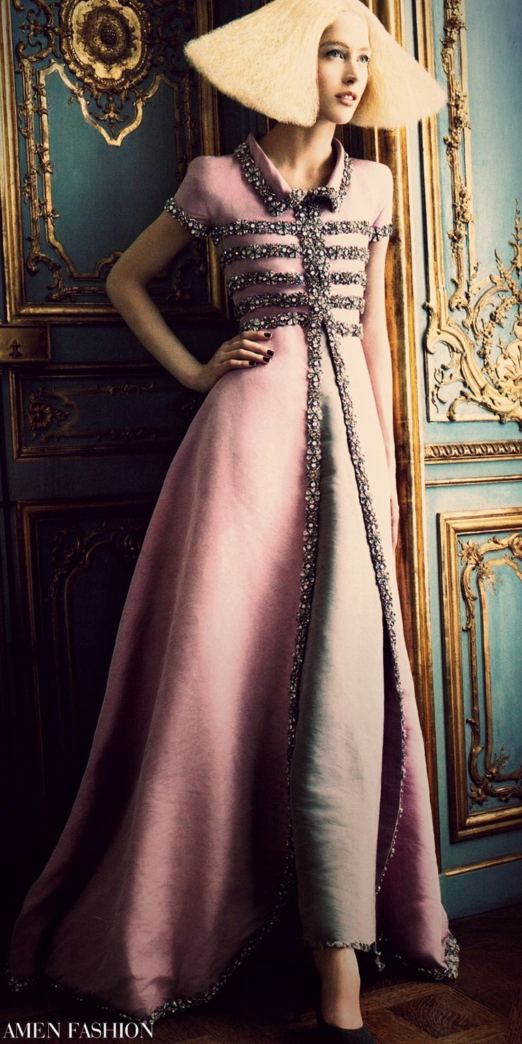 ISN´T SHE LOVELY    Lagerfeld´s collection  was united by a   linear silhouette with  volume on the sides,  rather than in the  front or back. Chanel   Haute Couture dress  with strass, pearls,   and semiprecious   stones, and pumps.