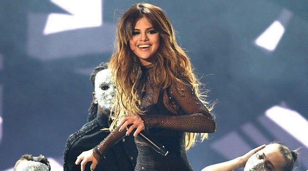 Konser di Jakarta Serena Gomez Tutupi Payudara Seksinya : Ada yang berbeda dengan konser Selena Gomez di Indonesia bertajuk The Revival Tour Jakarta. Superstar yang selalu tampil seksi dengan model pakaian terbuka dibagian