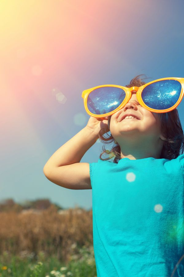 UV-Strahlen greifen nicht nur die Haut an, sondern können auch die Netzhaut im Auge schädigen. Worauf es bei Kindersonnenbrillen ankommt! ©iStock