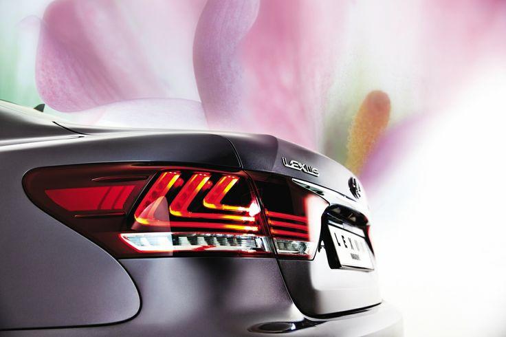 예술, 디자인 그리고 테크놀러지의 정점에 있는 가치를 담아내고자 노력한 새로운 LS. 넘치지도 모자라지도 않는, 마치 청자와도 같은 유연한 곡선을 지니고 있다.  |  Lexus i-Magazine Ver.2 앱 다운로드 ▶ www.lexus.co.kr/magazine  #Lexus #LS #Car #Magazine