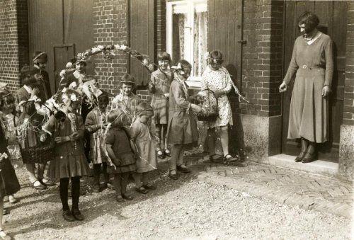 Folklore met Pinksteren in Limburg: kinderen gaan met een versierde boog en eiermandjes langs de deuren, Nederland begin jaren '30.
