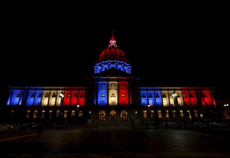 Aux Etats-Unis, c'est la mairie de San Francisco, en Californie, qui a revêtu les couleurs du drapeau tricolore, vendredi 13 novembre.   STEPHEN LAM / REUTERS