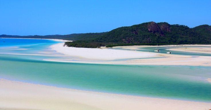Parte da ilha de Whitsunday e com sete quiômetros de extensão, a praia de Whitehaven é considerada por muitos como a faixa de areia mais bela da Austrália. A grande atração ali é a areia, extremamente branca. Somam-se a isso as águas claras do oceano e de um rio que se juntam, formando obras de arte naturais na paisagem
