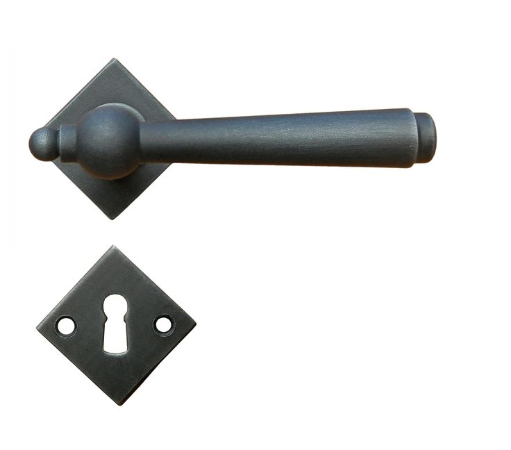 Art.2900-RAUT. Traditional door handle. This handle is available sprung or unsprung and in 13 different finishes. We can supply with different key holes type and distance and for WC. Art.2900-RAUT Maniglia in ferro battuto Galbusera