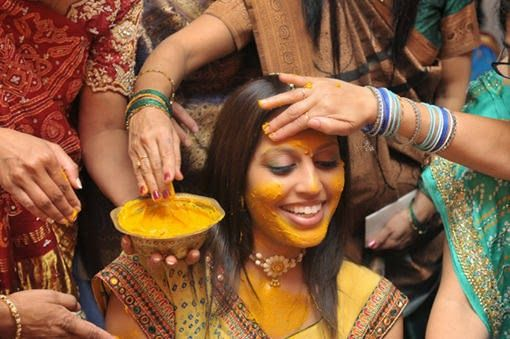 cúrcuma,açafrão,beleza,índia,indianas,anti-aging,rugas,estrias,dentes,pele,cabelos,acne,pele oleosa,clarear dentes,infecções,depressão,linhas de expressão,turmérico,gengibre,haldi,ayurveda,caspa,queda de cabelo,receita caseira,máscara de cúrcuma