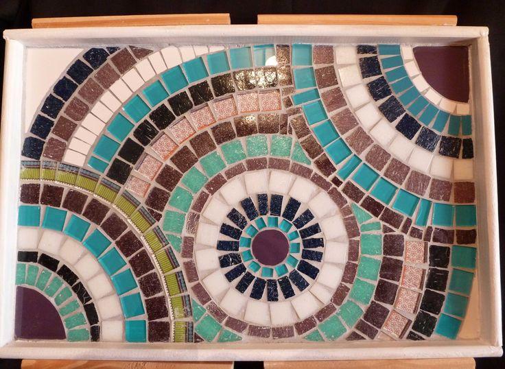 Bandeja decorada en mosaico con venecitas, vidrios y azulejos