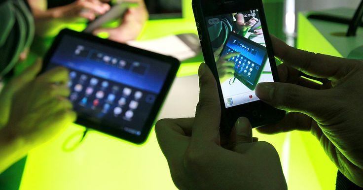 Cómo editar un widget de Android . Los widgets son pequeñas aplicaciones que pueden ejecutarse en pantallas de inicio de tu dispositivo Android. Es posible que tengas un widget del tiempo que se actualiza automáticamente o uno de resultados deportivos que te mantiene al tanto de las hazañas de tu equipo favorito. Los tamaños de los widgets son establecidos por el desarrollador de ...