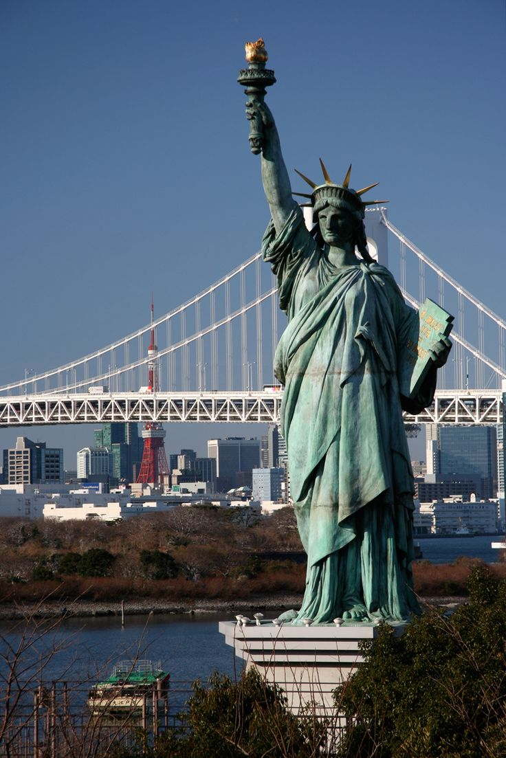 free things to do in tokyo. Copy of Statue of Liberty, Rainbow Bridge in the background, Odaiba, Tokyo. Image by Simon Richmond / Lonely Planet