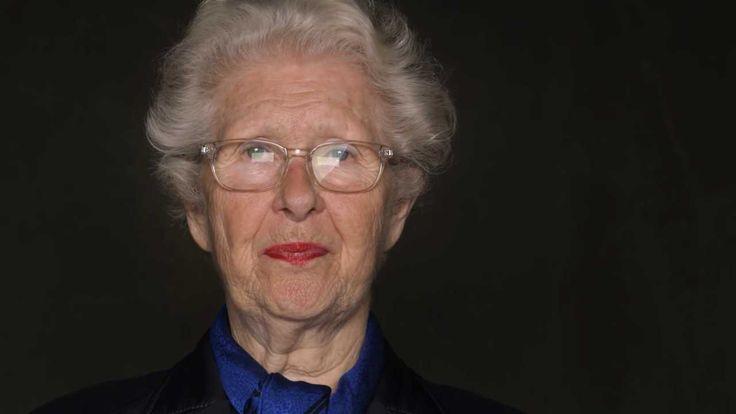 Née en 1933, Francine Christophe a été déportée avec sa mère au camp de concentration de Bergen-Belsen en 1944. Libérée l'année suivante, elle n'a eu de cess...