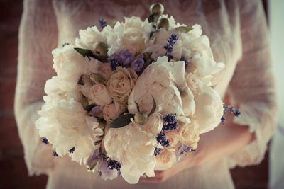 Bride's bouquet with roses peonies lavender - white and lilac wedding  Bouquet della sposa con roselline cipria, peonie, lavanda - matrimonio bianco e lilla