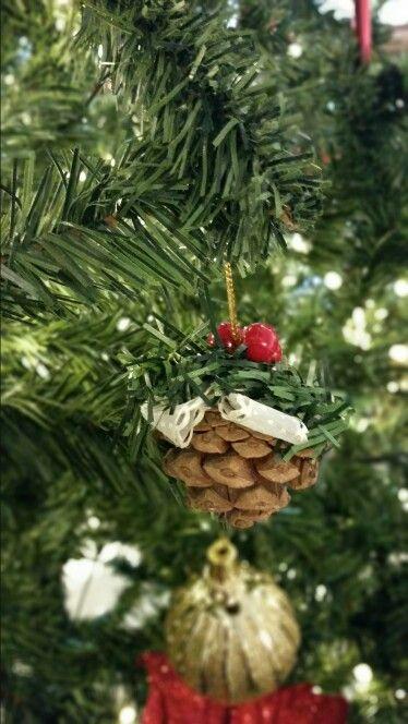 Adornos para el árbol navideño. Piñas de pino decoradas con cinta de tela