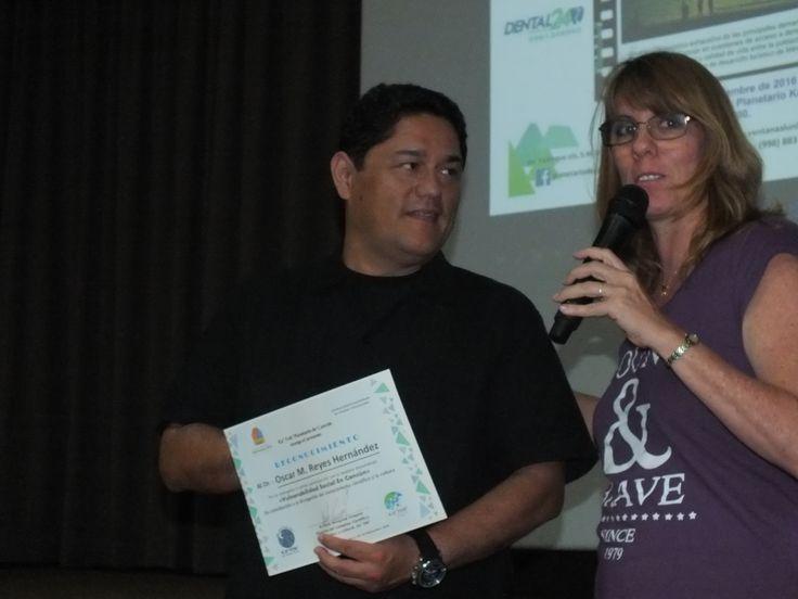 Entrega de reconocimiento a Oscar Reyes por la Conferencia de Vulnerabilidad en La Sociedad Cancunense