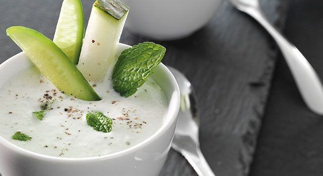 Con esta receta de crema de melón con yogur y pepino tendremos un plato refrescante, ligero y saludable en apenas unos minutos. La combinación de ingredientes es ideal si buscas una opción fresca y equilibrada tanto para servir de aperitivo como de primer plato.
