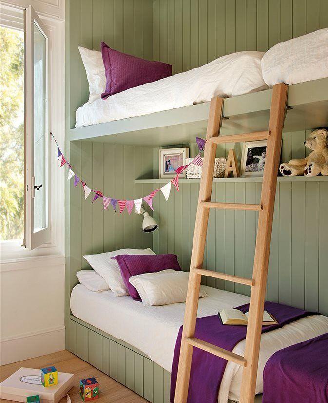 Dormitorio juvenil con literas y pared forrada de madera en color verde oliva
