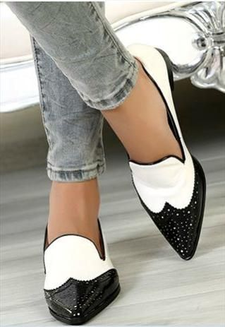 Classy Black and White Pointed Toe Flat Shoes with skinny jeans