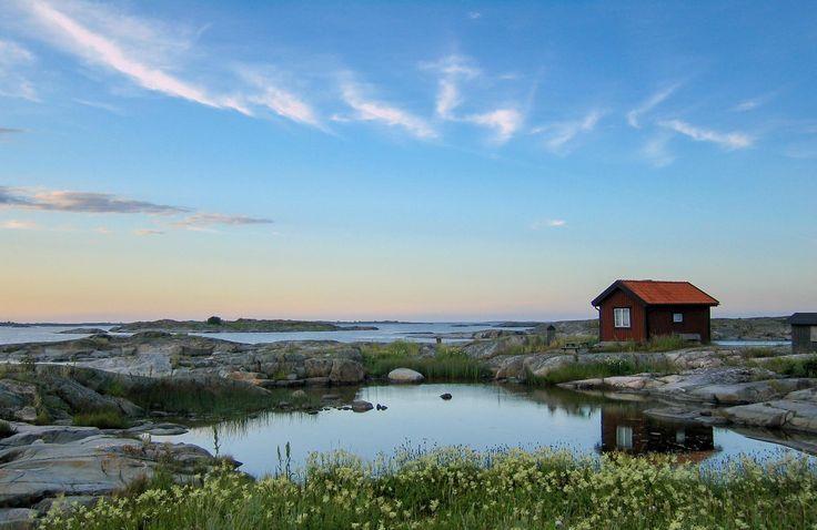 ©️️ Mikael Broms, shutterstock - Einsame kleine Hütte in den Schären