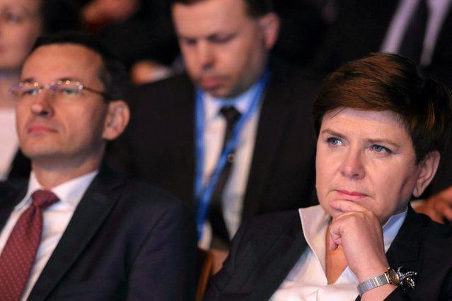 Za sprawą hojnego rozdawnictwa publicznych pieniędzy rząd Prawa i Sprawiedliwości już ma olbrzymie problemy z dopięciem budżetu i musi bić rekordy w zadłużaniu państwa. Tymczasem może okazać się, że rządzącym niespodziewanie zabraknie jeszcze kilku miliardów. Komisja Europejska właśnie zdecydowała bowiem o przykręceniu kurka z unijnymi pieniędzmi płynącymi do Polski.