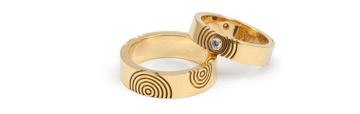 Achttien karaat geelgouden trouwringen 'Circles', de damesring is bezet met witte diamanten